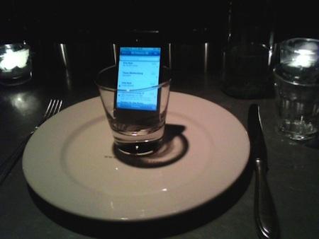 Aumenta la cobertura del iPhone 4 metiéndolo en un vaso 3