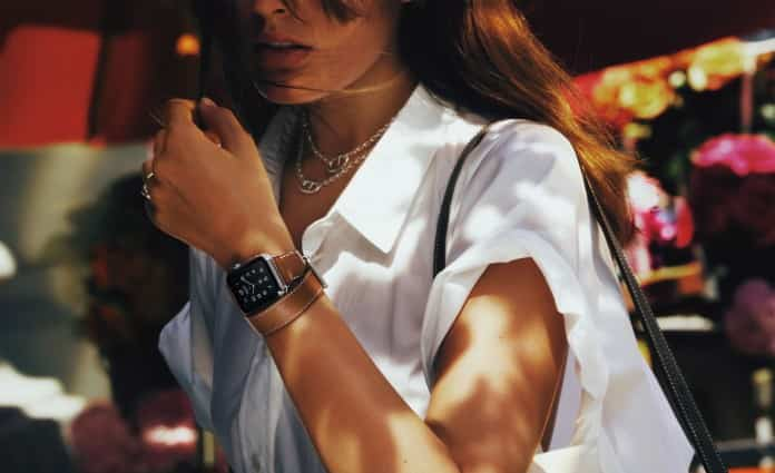 Mujer caminado con AppleWatch Hermes Double Tour